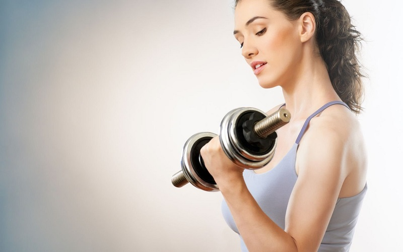 Tập thể dục với tạ để thon gọn bắp tay