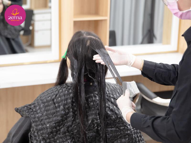 Khách hàng thực hiện dịch vụ phục hồi tóc bọc Keratin tại Zema Việt Nam