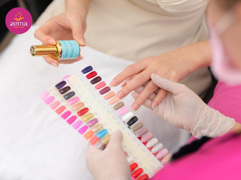 Khách hàng được tư vấn chọn màu nail trước khi thực hiện dịch vụ