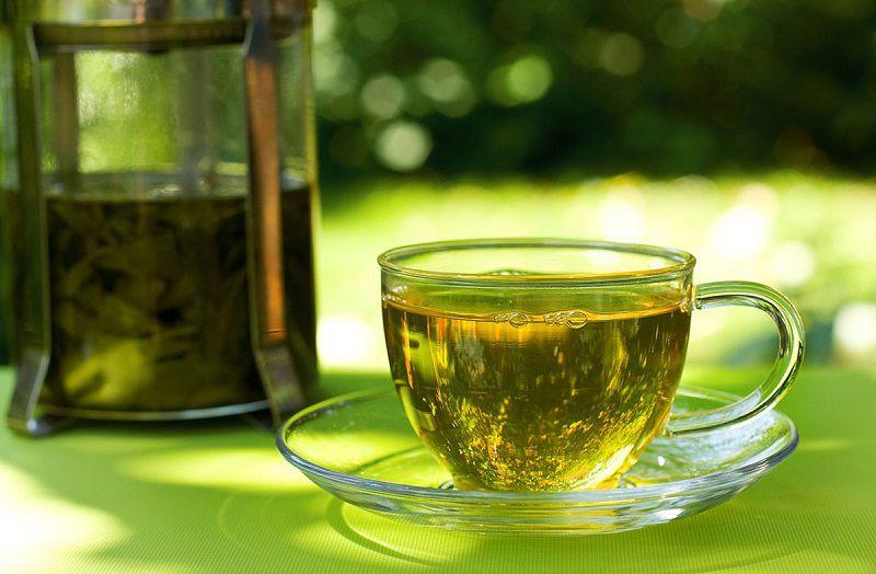 Hãm lá trà xanh trong nước sôi rồi dùng uống thay nước hằng ngày