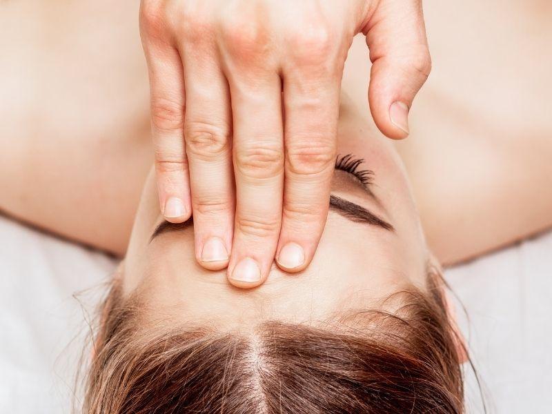 Vùng trán cũng nên được massage da để hạn chế nếp nhăn