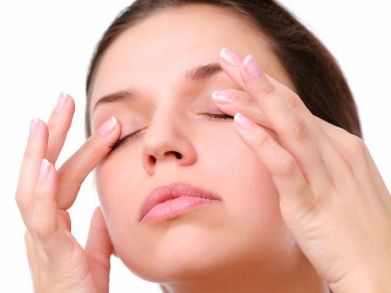 Mắt cần được massage nhẹ nhàng và đều tay