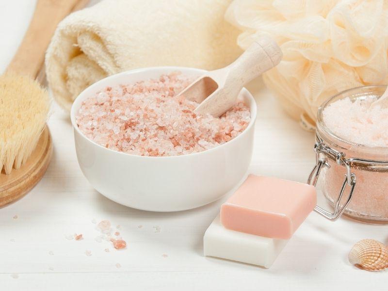 Muối biển hay muối tinh đều có thể dùng để tẩy tế bào chết