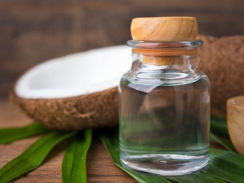 Dầu dừa có đặc tính kháng vi khuẩn gây mụn
