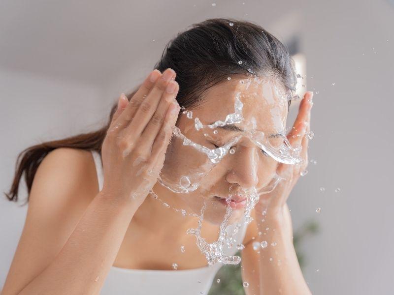Rửa mặt bằng sữa rửa mặt nếu như không muốn da mặt bị nhờn do dầu dừa