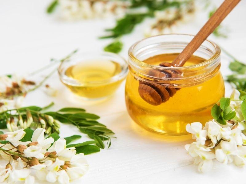 Mật ong giúp xóa thâm và làm mềm da gối