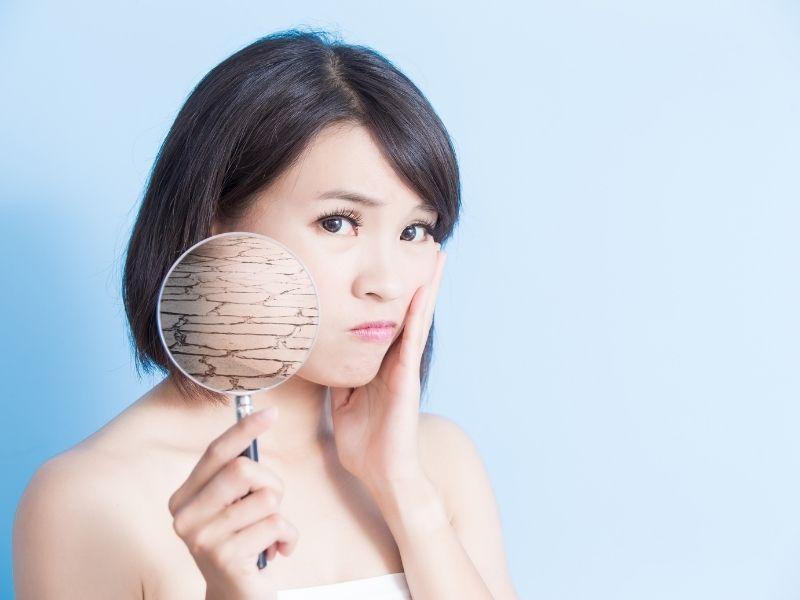 Nhiều trường hợp da khô có thể xuất hiện hiện tượng bong tróc da