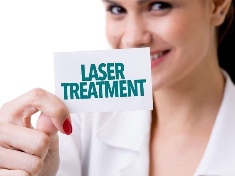 Ảnh cô y tá cầm tờ giấy ghi Laser treatment