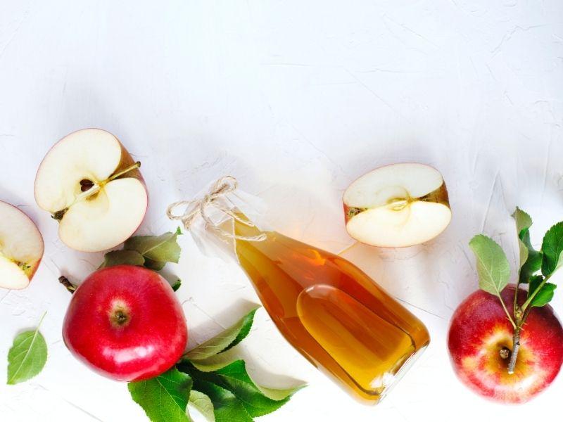 Hình ảnh trái táo và chai giấm táo
