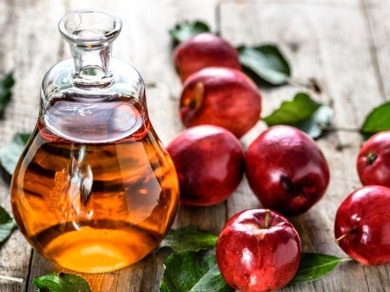 Chấm giấm táo lên mụn nang giúp mụn nang thuyên giảm dần