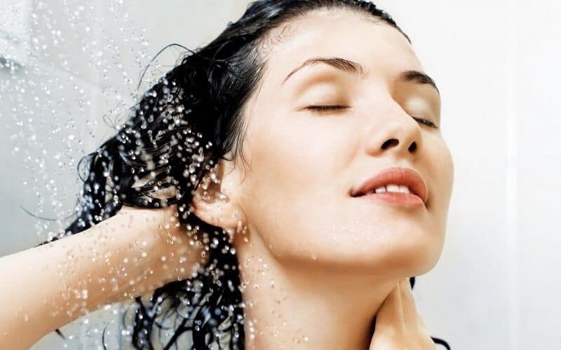 Sử dụng dầu gội chuyên dùng cho da đầu dầu, nhờn
