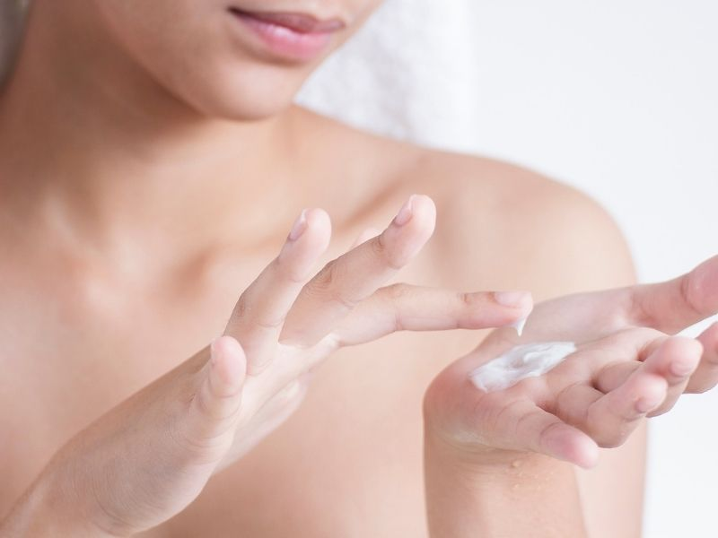 Thoa một chút vaseline lên da trước khi xịt nước hoa sẽ giúp giữ mùi lâu hơn