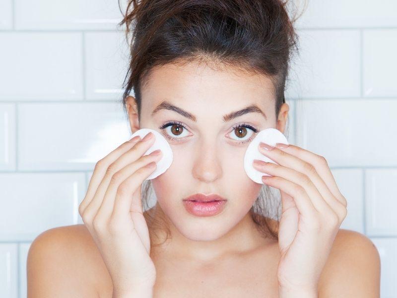 Nếu không có nước tẩy trang có thể dùng vaseline để thay thế