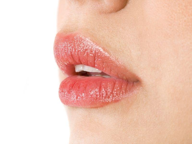 Vaseline vừa dưỡng môi vừa làm bóng