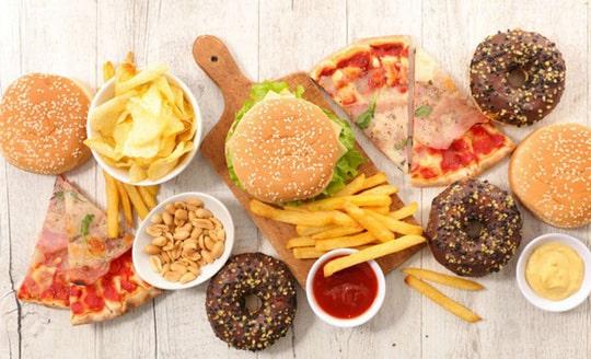 Khi bị mụn nên kiêng ăn thức ăn nhanh