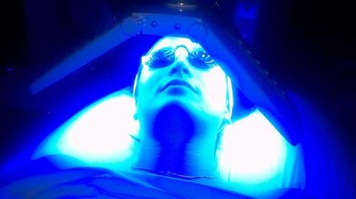 Ánh sáng sinh học màu xanh lam phù hợp với các bạn bị mụn