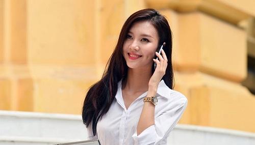 Sử dụng điện thoại di động kề sát mặt gây nổi mụn
