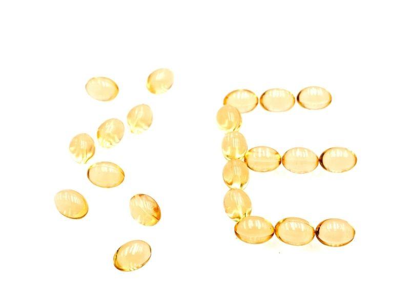 Vitamin E dùng thoa lên da để trị sẹo do mụn
