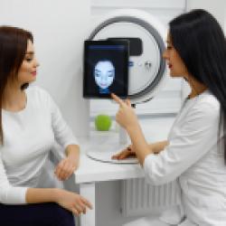 Thăm khám điều trị mụn bằng laser